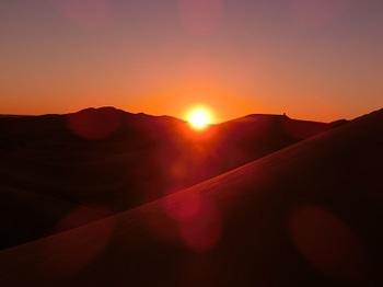 沙漠に沈む夕日.jpg